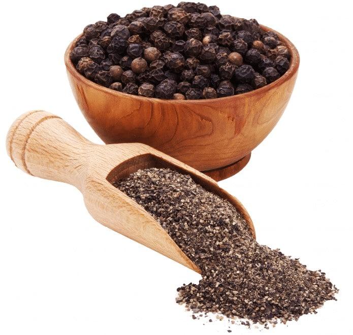 دانههای فلفل سیاه و فلفل سیاه آسیاب شده